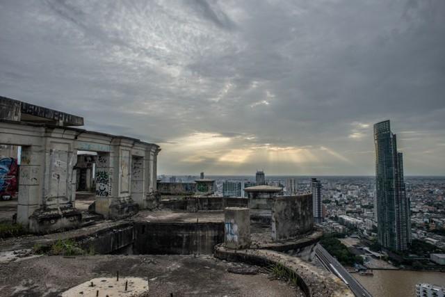 Từ nóc tòa nhà, thủ đô Bangkok của Thái Lan nằm gọn dưới tầm mắt.