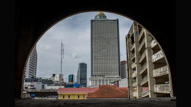 Trước khi khủng hoảng kinh tế nổ ra, tòa tháp đã được lắp đặt thang máy, thang cuốn và nhiều cơ sở hạ tầng khác.
