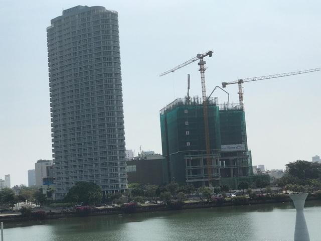 Dự án Vinpearl Condotel ngay cầu quay sông Hàn đang xây dựng đến tầng 15.