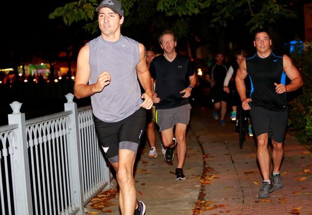 Tối cùng ngày, Thủ tướng Canada cùng các nhân viên chạy thể dục bên bờ kênh Nhiêu Lộc. Ảnh Thanh niên