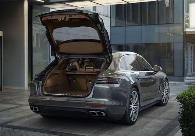 Panamera Sport Turismo có chiều dài tổng thể lên tới 5.049 mm, khoang hành lý được mở rộng nhờ phần đuôi xe được kéo dài.