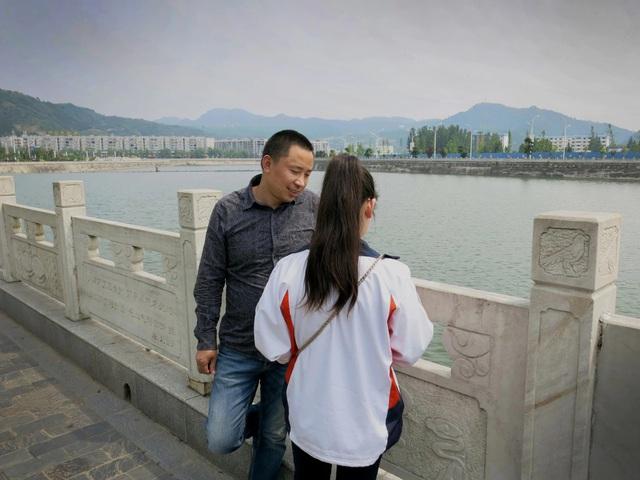 Bố con Ying đoàn tụ sau nhiều năm xa cách nhưng nhiều gia đình khác không có được may mắn ấy.
