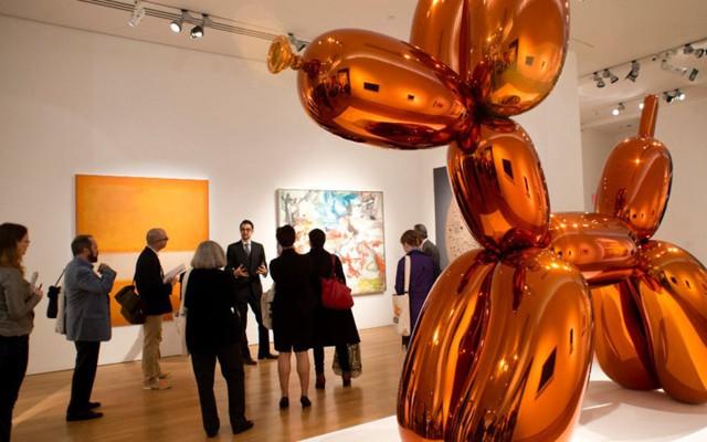 Tác phẩm điêu khắc con chó bong bóng của nghệ sĩ đương đại Mỹ Jeff Koons được một người mua với giá 58.405.000 USD trong cuộc đấu giá của Christie's tổ chức vào năm 2013.