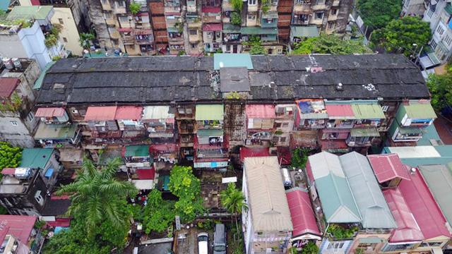 Hà Nội hiện nay còn tồn tại rất nhiều khu tập thể cũ nát với tuổi đời khoảng 40, 50 năm.