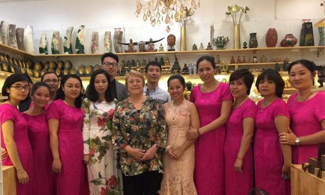 Tổng thống Chile Michelle Bachelet cho biết, người Chile thường nói Việt Nam là một khách hàng quen thuộc và khi đi dạo phố và đã mua một số mặt hàng để đóng góp cho nền kinh tế Việt Nam. Ảnh Tienphong.vn