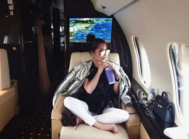 Tủ đồ hàng hiệu khổng lồ của Chryseis khiến ai cũng phải ước ao. Thậm chí, cô có thể ngồi phi cơ riêng bay nửa vòng trái đất chỉ để đi mua sắm xả stress sau khi làm việc.