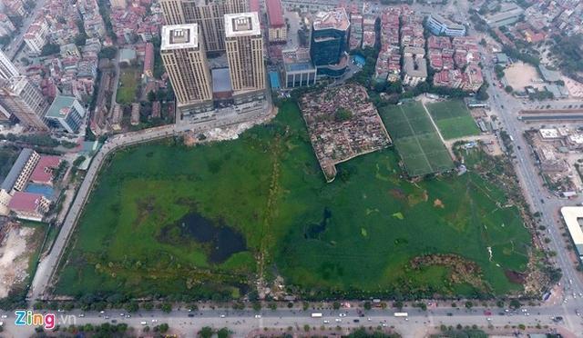 Hiện lối vào Home City được kết nối bằng đường tạm thuộc dự án công viên từ đường Nguyễn Chánh vào khu chung cư. Tuyến đường quy hoạch 21m chạy trước mặt chung cư và dự án công viên nối ra 2 đường Mạc Thái Tổ và Mạc Thái Tông chưa được xây dựng.