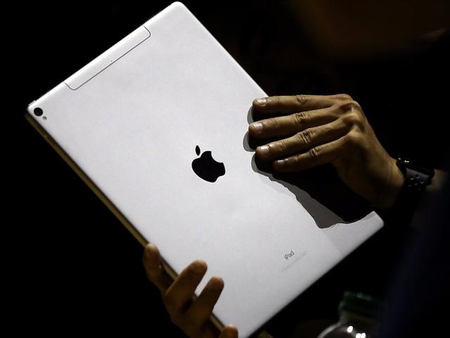 """Giới thiệu chiếc iPad đầu tiên 7 năm trước, Steve Jobs mô tả nó sẽ mang lại """"trải nghiệm duyệt web tốt nhất mà bạn chưa bao giờ tưởng tượng ra""""."""