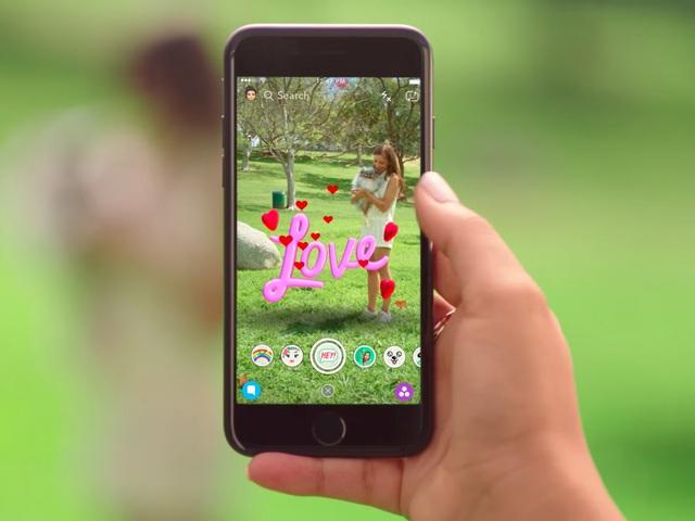 Khi Facebook đang cực thịnh, một công ty khởi nghiệp xuất hiện và đe dọa cạnh tranh với gã khổng lồ mạng xã hội. Góp mặt trên kho ứng dựng App Store vào mùa hè năm 2011, Snapchat, ứng dụng cho phép gửi những tin nhắn hình ảnh tự xóa, phát triển mạnh mẽ và có giá 18 tỷ USD năm 2017.