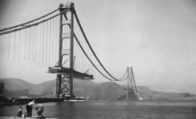 Cuối tuần trước, người Mỹ kỷ niệm 80 năm thông xe cầu Cổng Vàng, công trình biểu tượng bắc ngang nút thắt cổ chai vịnh San Francisco. Đây là cây cầu dây văng dài hơn 2.700m và cao 227 m. Công trình này được khởi công tháng 1/1933 và khánh thành ngày 27/5/1937.