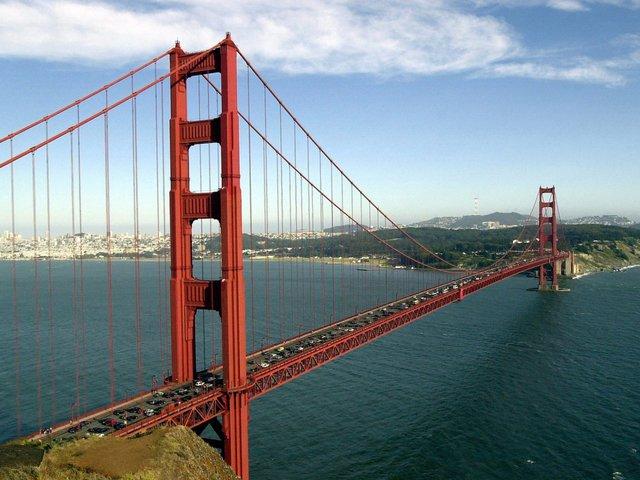 """Sau 80 năm, cầu Cổng Vàng vẫn đứng vững như thách thức thời gian. Kevin Starr, nhà sử học quá cố người California từng mô tả cầu Cổng Vàng là """"biểu tượng toàn cầu, một kỳ quan về kỹ thuật và một tác phẩm nghệ thuật""""."""