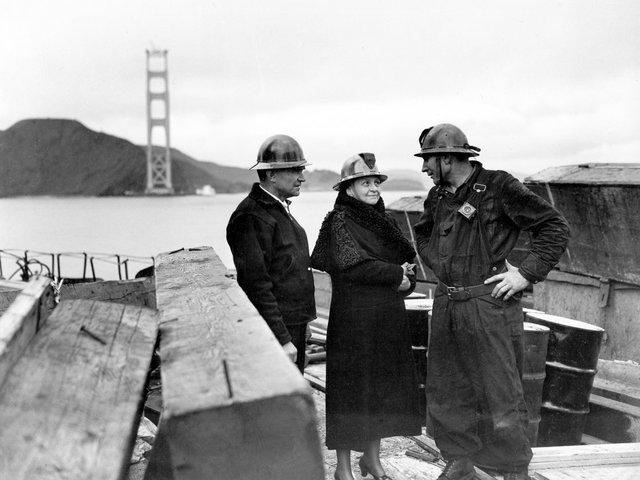 Chính phủ Mỹ quyết định xây dựng cây cầu nhằm đáp ứng nhu cầu đi lại của 50.000 người/ngày. Trước khi có cây cầu, người ta phải sử dụng phà để đi từ quận Marin vào San Francisco.