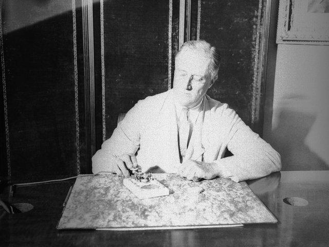 Vào ngày 9/1/1933, Tổng thống Mỹ Franklin Roosevelt nhấn nút kích hoạt khối thuốc nổ đầu tiên, đánh dấu mốc cho quá trình xây dựng cây cầu lịch sử trên vịnh San Francisco.