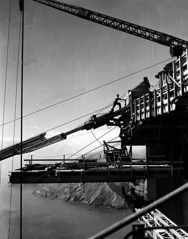 Các đội công nhân phải di dời khối lượng khổng lồ đất đá nhằm xây dựng hai cột trụ chính cao tương đương các tòa nhà 12 tầng. Chân móng cầu được khoan sâu xuống lòng vịnh nhằm đảm bảo nó đứng vững trước những thiên tai nguy hiểm nhất.