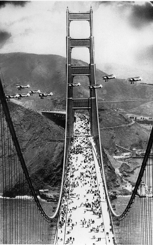 Máy bay diễu qua cầu cổng vàng trong lễ khai trương ngày 27/5/1937.