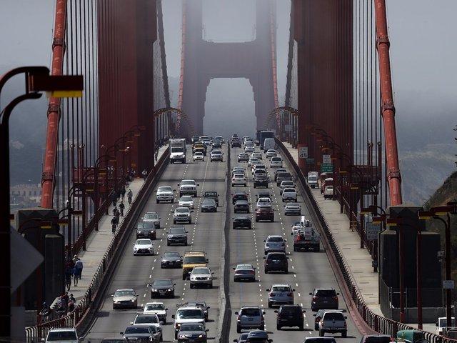 Ngày nay, có khoảng 40 triệu lượt phương tiện đi qua cầu Cổng Vàng mỗi năm. Phí đi lại là 7,25 USD/lượt.