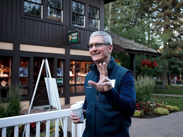Tuy nhiên, góp nhặt lời kể của những người quen biết Tim Cook, CEO Apple được mô tả là người dậy sớm. Ông thường thức dậy lúc gần 4 giờ sáng hàng ngày.