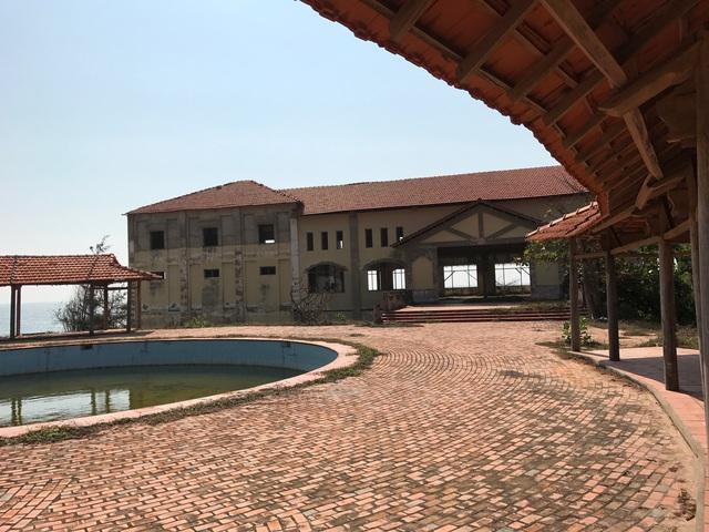 Khu du lịch Đồi Phong Lan được xây dựng năm 2004, đến năm 2007 thì ngừng hoạt động theo chủ trương xây cảng tổng hợp Kê Gà khi tiến độ công trình đã hoàn thành đến 90%, hiện bỏ hoang, không người trông coi.