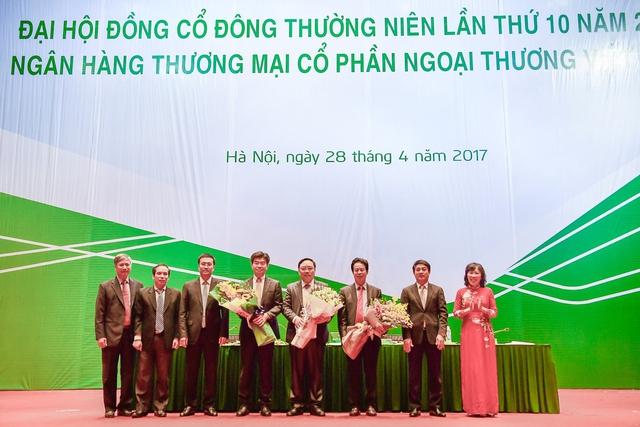 3 thành viên mới của HĐQT Vietcombank nhận hoa chúc mừng