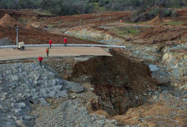 Sau khi sơ tán gần 190.000 thường dân, nỗ lực gia cố đập Oroville đang được gấp rút tiến hành nhằm đối phó với đợt mưa lớn sắp xảy ra trong vài ngày tới. Nhà chức trách kiểm tra mức độ xói mòn ở khu vực đập tràn khẩn cấp sau khi mực nước trong hồ dâng cao tới mức kỷ lục.