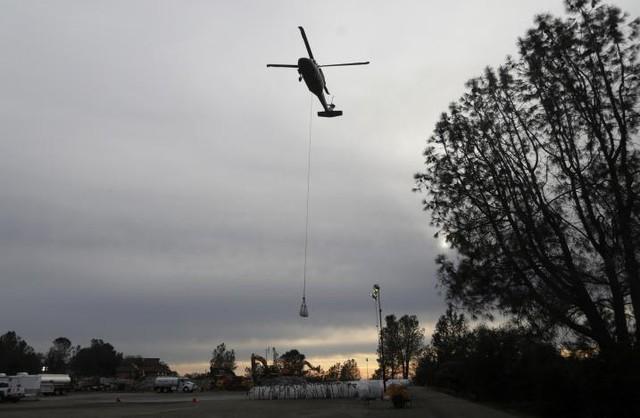 Hiện tại, nhà chức trách đang sử dụng máy bay trực thăng để đưa đá hộc tới gia cố những khu vực bị xói mòn. Theo dự báo thời tiết, mưa sẽ trở lại vào ngày 15/2 theo giờ địa phương, đặt công trình này dưới những đe dọa mới.
