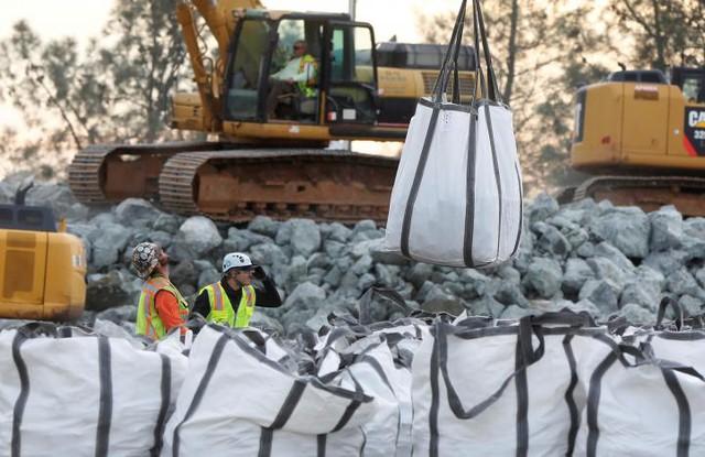 Những túi đá hộc lớn được trực thăng đưa tới vị trí cần gia cố.