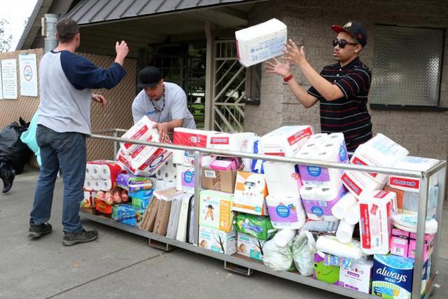 Các tình nguyện viên cung cấp nhu yếu phẩm cho một trung tâm tị nạn ở Chico, California, nơi những người phải sơ tán ẩn náu tạm thời.