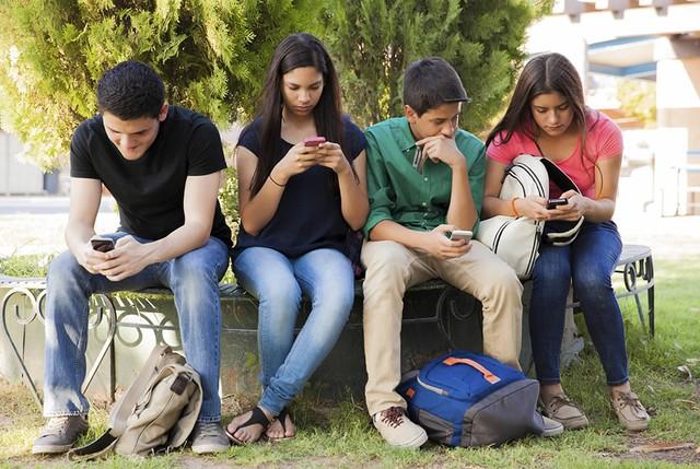 Dù ngồi cạnh nhau nhưng thời gian chủ yếu được dành cho những chiếc điện thoại.