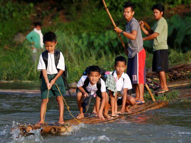 Bè tre được dùng để đưa học sinh tới lớp ở tỉnh Rizal, Philippines.