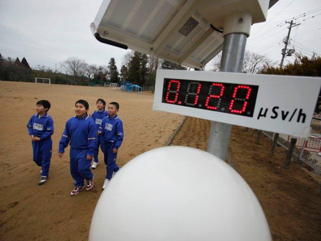 Nằm cách nhà máy điện hạt nhân Fukushima Daiichi 20 km, các đứa trẻ học ở trường Tiểu học Omika không ngừng nghỉ phải theo dõi các chỉ số phóng xạ trên thiết bị đo đạc được lắp đặt sau thảm họa kép năm 2011.