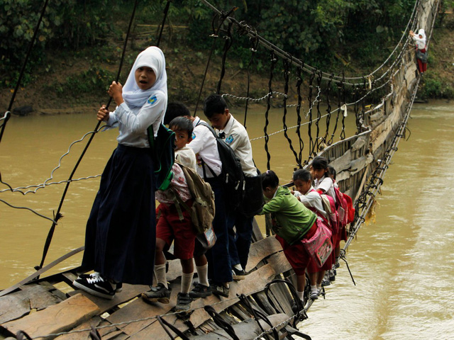Những đứa trẻ ở Banten, Indonesia phải đu mình trên câu cầu treo sắp sập để tới lớp.