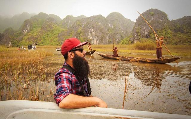 Những người dân địa phương đang chèo thuyền. Chỉ có họ mới biết cách lái những con thuyền này, ông nói.