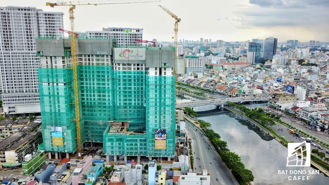 Toạ lạc ở số 132 Bến Vân Đồn, dự án Millenium được xây dựng trên khu đất 7.300m2, quy mô tòa tháp đôi cao 34 tầng với 650 căn hộ.