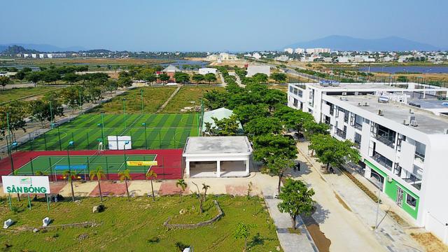 Hạ tầng cơ sở: sân bóng, trường học, siêu thị... đều được đầu tư hoàn thiện và đi vào hoạt động.