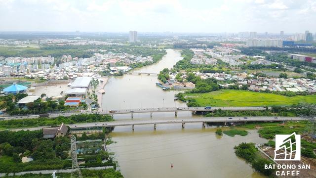 """Ông Trương Quốc Hưng, Phó Tổng Giám đốc công ty Phát triển Phú Mỹ Hưng, cho biết: """"Chúng tôi nghiên cứu rất kỹ các hướng phát triển của thành phố trước khi quyết định chọn Nam Sài Gòn. Mục tiêu của chúng tôi là phát triển khu công nghiệp và khu đô thị lớn""""."""