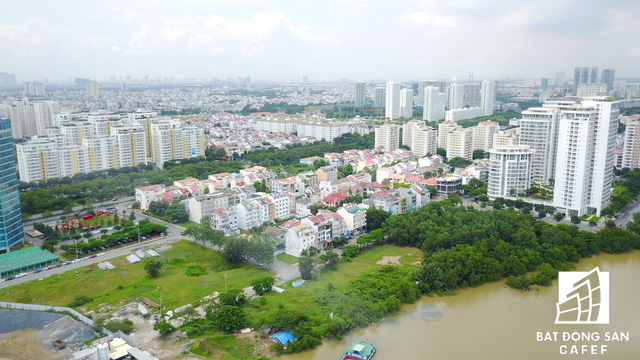 Nhờ tận dụng hệ thống kênh rạch chằn chịt, hàng loạt dự án nhà ở bám theo mặt tiền sông phát triển ồ ạt tại khu đô thị hiện đại này.