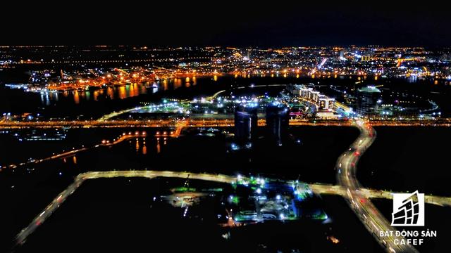 4 tuyến đường chính trong lòng Khu đô thị mới Thủ Thiêm. Ban đêm, các công trường dự án vẫn sáng đèn thi công