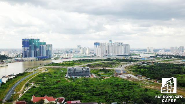Khu vực này sắp tới sẽ được xây dựng cầu đi bộ qua sông Sài Gòn, kết nối với trung tâm quận 1. Tận dụng những cơ hội lớn này, hàng loạt cao ốc ồ ạt xây dựng - kéo giá nhà tăng mạnh.