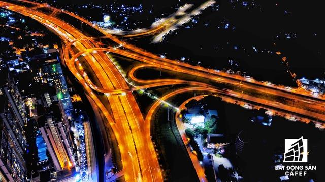Nút giao thông Xa lộ Hà Nội - Mai Chí Thọ: Nơi có thị trường địa ốc diễn ra khá sôi động cả về đêm. Nơi đây đang có nhiều dự án cao ốc quy mô lớn thi công