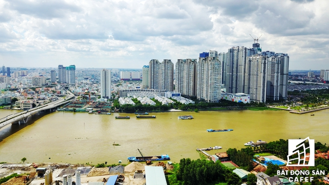Dọc bờ sông, tiệm cận với đại lộ vòng cung tại bán đảo Thủ Thiêm đang có nhiều dự án khu dân cư bám mặt tiền sông xây dựng với tốc độ 24/24