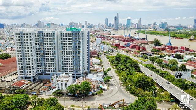 Đường Nguyễn Tất Thành là một trong những tuyến đường chính của quận 4 nối khu vực phía Nam TPHCM như quận 7, Nhà Bè, Cần Giờ với khu trung tâm thành phố.