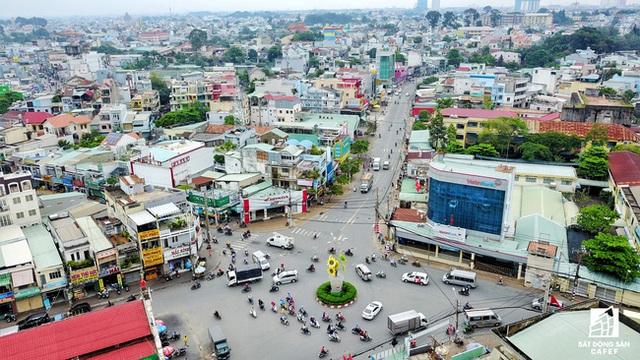 Khu vực quanh đường Tô Ngọc Vân đang nở rộng nhiều dự án khu dân cư, mật độ lưu thông ngày một tăng nên việc gấp rút mở rộng đường là ưu tiên của quận Thủ Đức.