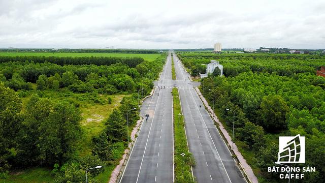 Bên trong khu đô thị Nhơn Trạch, hạ tầng giao thông chính kết nối thẳng với các khu công nghiệp được xây dựng từ lâu, nhưng xung quanh là rừng cao su.