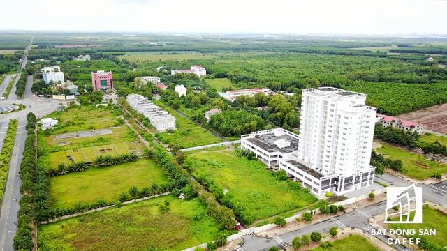 Cách khu đô thị mới không xa là trung tâm hành chính huyện Nhơn Trạch. Quanh trung tâm này cũng có nhiều biệt thự, tòa nhà xây dang dở rồi bỏ hoang. Nổi bật là dự án cao tầng nhất đã hoàn thiện một block nhưng chủ đầu tư cũng bỏ trống nhiều năm.