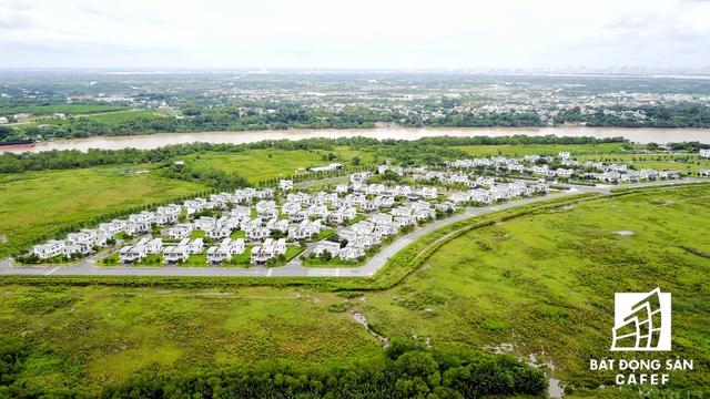 Sau khi Quỹ đầu tư VinaCapital tháo chạy khỏi dự án Đại Phước Lotus, một tập đoàn địa ốc lớn đến từ một nước thuộc châu Á đã trám vào. Ngoài hàng chục biệt thự đã được xây nhưng vắng bóng người, xung quanh vẫn là một diện tích lớn đầy cỏ dại và vật liệu xây dựng ngỗn ngang.