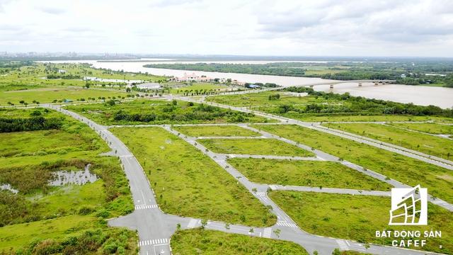 Xa xa phía cây cầu kết nối từ trung tâm huyện vào dự án là sân golf do một doanh nghiệp Hàn Quốc đầu tư. Đại Phước Lotus nằm cách trung tâm huyện khoảng 7km.