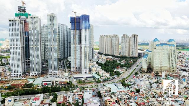 Ngay từ sau khi qua khỏi cầu Sài Gòn từ hướng quận 2 sẽ có hai tuyến đường dẫn vào trung tâm quận 1 là Điện Biên Phủ (rất xa) và Nguyễn Hữu Cảnh (tiếp cận ngay).