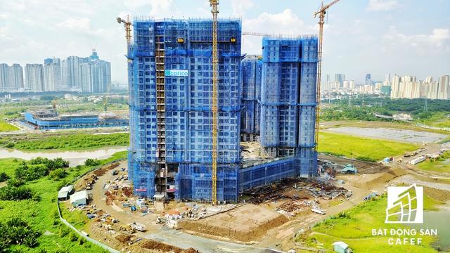 Nhiều dự án căn hộ cao cấp tại khu vực này đang hối hả xây dựng để kịp bàn giao vào cuối năm nay.
