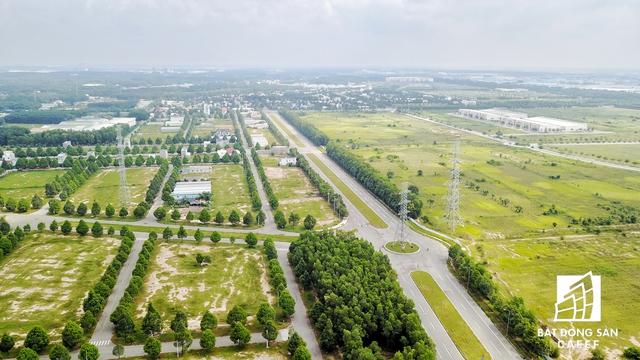 Nhiều con đường rộng lớn đã được đầu tư ngay từ khi dự án mới bắt đầu, nhưng lâu nay chỉ phục vụ cho các loại xe tải hạng nặng ra vào nhiều khu công nghiệp xung quanh