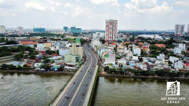 Muốn đến bán đảo Thanh Đa, nhiều người buộc phải đi trên cầy cầy duy nhất này, hoặc có thể chọn đường sông trên những con thuyền nhỏ